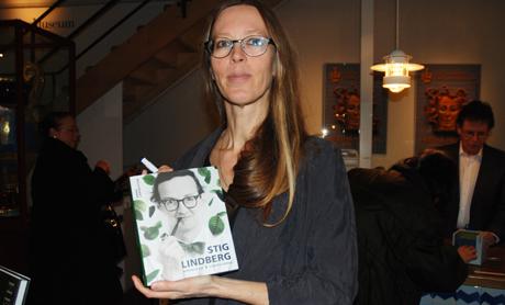 Författaren Anna Larsdotter med sin bok om formgivaren Stig Lindberg