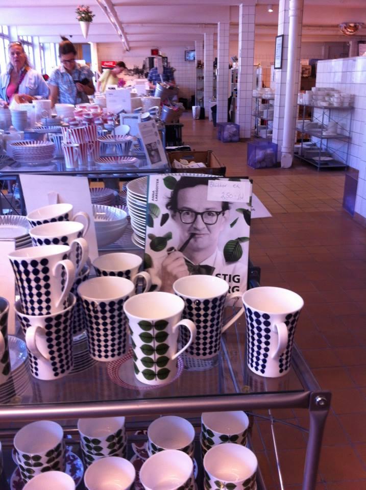 """Biografin """"Stig Lindberg"""" i butiken på Gustavsbergs porslinsfabrik."""