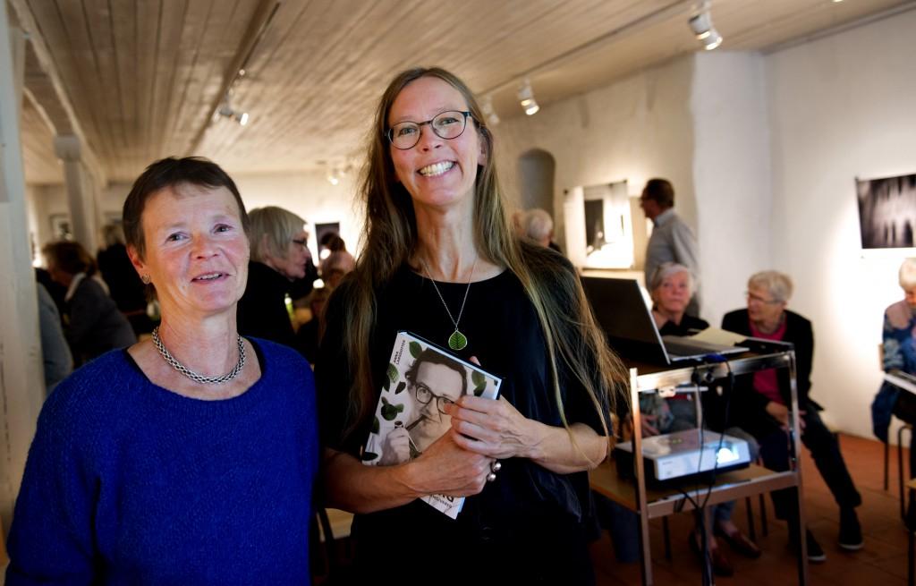 Anna Larsdotter och Stig Lindbergs dotter Vibeke Lindberg på Sölvesborgs konsthall i september.