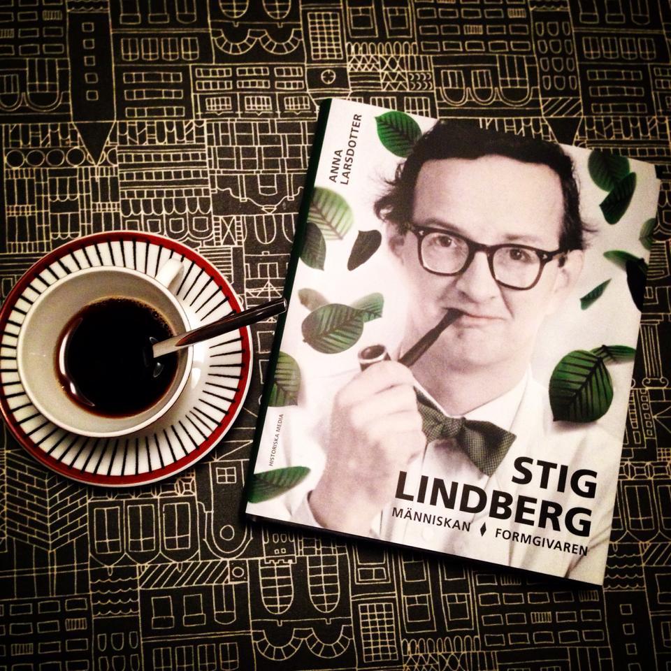 "Biografin ""Stig Lindberg"" intill kaffekoppen Spisa Ribb"
