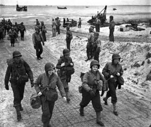 Amerikanska sjuksköterskor anländer till Normandie i juni 1944.
